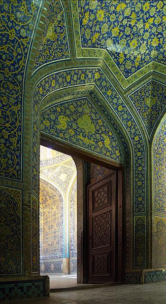 درب اصلی از راهرو به داخل مسجد