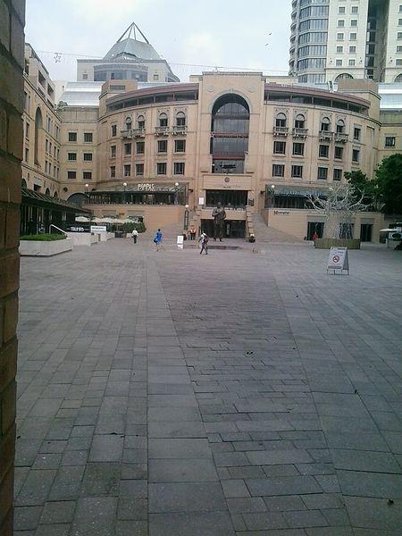 میدان نلسون ماندلا Nelson Mandela Square